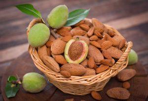 Жуйте миндальные орехи во время возникновения жжения